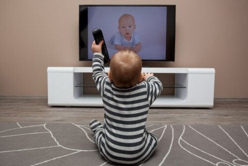 Ver la televisión también es una buena manera de aprender idiomas.