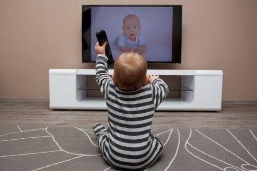 Que los niños vean mucha televisión es poco aconsejable, sobre todo a edades tempranas.
