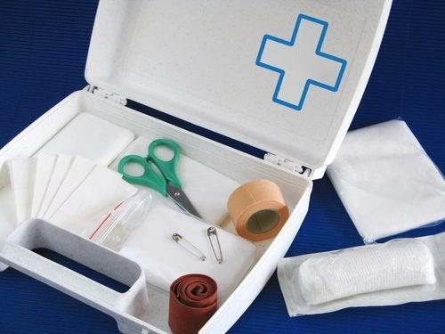 El botiquín de primeros auxilios de casa tiene que ser resistente y poder guardarse y transportarse fácilmente.