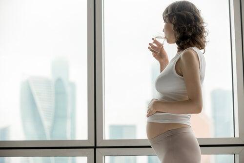 Beber mucha agua ayuda a prevenir las infecciones urinarias durante el embarazo.