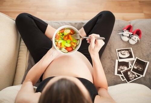 Al igual que en las etapas previas, el tercer trimestre del embarazo requiere del consumo de vegetales y frutas.