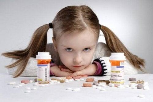 Hay que procurar dejar los medicamentos fuera del alcance de los niños.