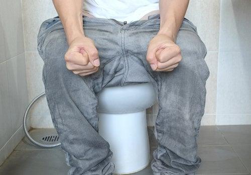 La presión causada por el estreñimiento puede ser un desencadenante de las hemorroides.