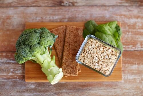 Comer alimentos ricos en fibra ayudan a promover la evacuación.
