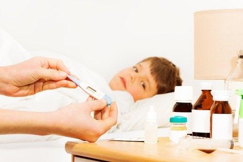 Bajar la fiebre en niños es posible colocándoles paños fríos y dándole duchas.