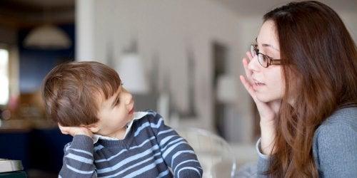 Es recomendable enseñar a hablar a los niños correctamente desde pequeños.