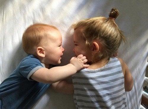 Una vez superados los celos, un nuevo hermano puede convertirse en el mejor amigo.