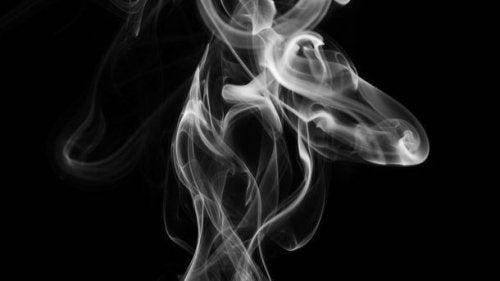 La manera en la que afecta el humo del tabaco al feto hace más que necesaria su suspensión durante la gestación.
