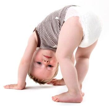 Intentos del bebé por pararse solito.