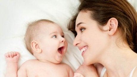 Es importante que la madre hable constantemente a su bebé para que este pueda aprender a comunicarse.