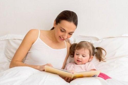 Leer con tu hijo le ayudará a ampliar su vocabulario y conocimiento lingüístico.