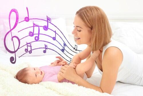 Mamá cantándole a su bebé
