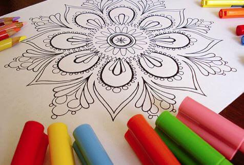 Pintar mandalas es una de las actividades para hacer en familia en casa.