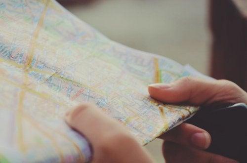 Un mapa turístico en las manos de un niño.