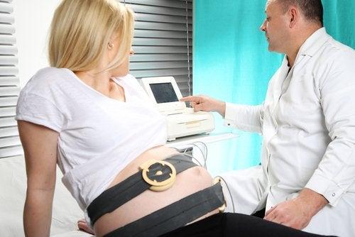 Al explicar cómo afecta la enfermedad renal en el embarazo, la salud del bebé también juega un papel central.