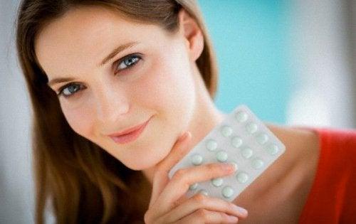 Tomar ácido fólico durante el embarazo es necesario para el correcto desarrollo del feto.
