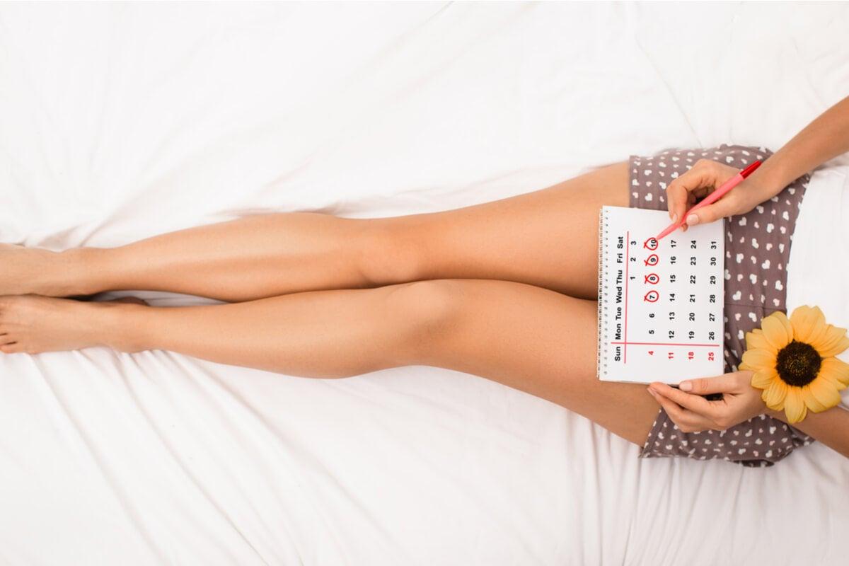 Mujer calculando su período fértil