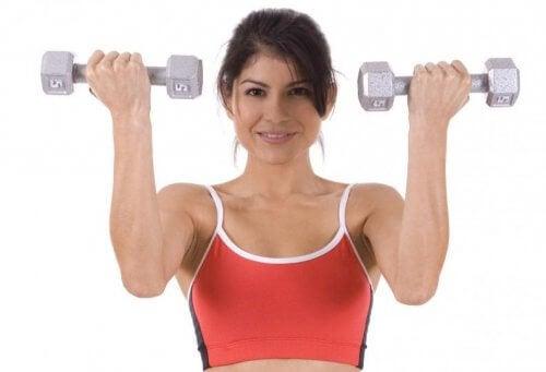 Los ejercicios con mancuernas ayudan fortalecer el abdomen.