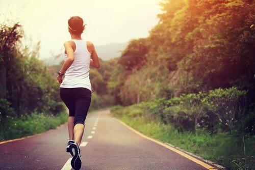 Hacer deporte mejora la circulación sanguínea.