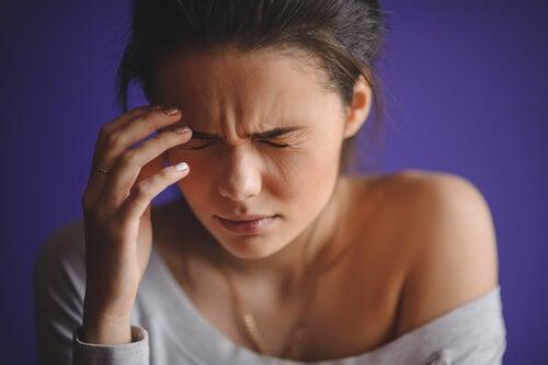 La hipertensión arterial en mujeres causa dolor de cabeza.