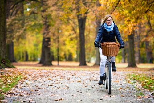 Montar en bicicleta es una de las actividades que puedes realizar si quieres bajar peso.