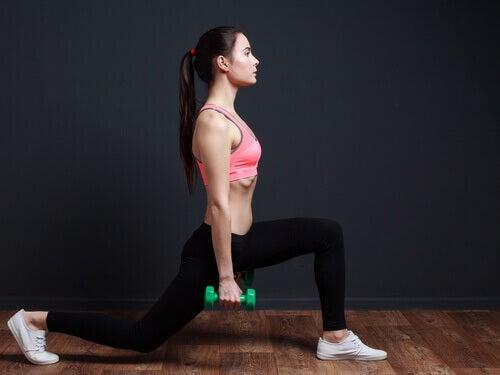 Las zancadas son ejercicios apropiados para tonificar los glúteos.