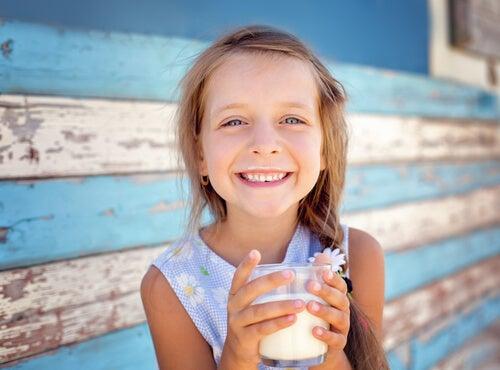 Les laits de croissance sont un produit fabriqué à partir de lait de vache écrémé.