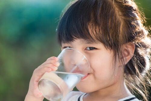 Beber agua en abundancia previene infecciones urinarias en la infancia.