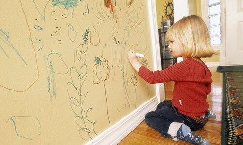 Formas para evitar que los niños rayen las paredes.