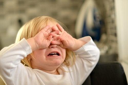 Niña frustrada llorando porque no consigue expresar bien lo que siente.