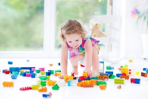 Si buscas cómo impulsar el pensamiento lógico en niños, los Lego pueden ser una excelente opción.