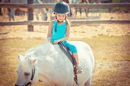 Montar a caballo hace que los niños desarrollen su concentración y constancia.