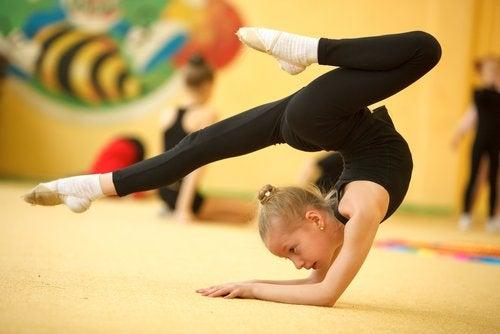 La gimnasia rítmica es un deporte que exige mucho compromiso y disciplina.