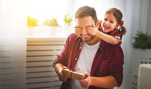 La inteligencia interpersonal en niños hace que puedan estar pendientes de quienes los rodean.