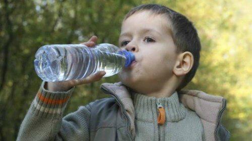 Beber agua es necesario para mantenerse hidratado.