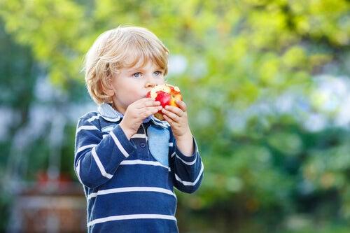 Comer sano desde pequeños es un hábito que se puede incorporar incluso desde muy chicos.