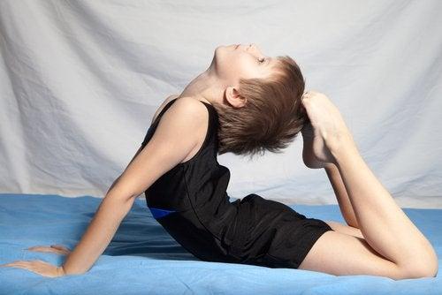 La gimnasia artística es un deporte tanto para niños como para niñas.