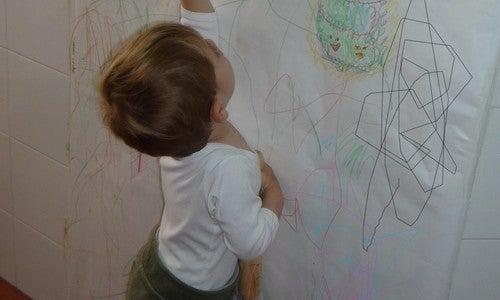 Cómo evitar que los niños rayen las paredes no tiene por qué ser una tarea ardua.