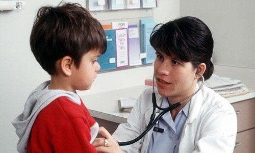 La revisión anual al pediatra se extiende, generalmente, hasta la adolescencia.