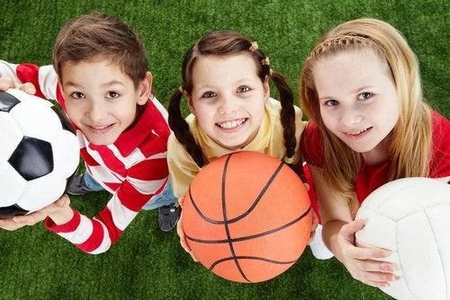 La educación física combina los juegos con la práctica deportiva.