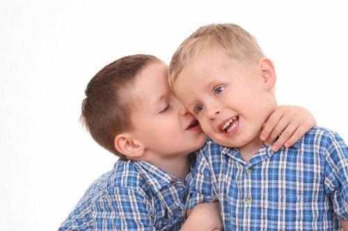 Los niños deben aprender a comunicarse correctamente sin errores.