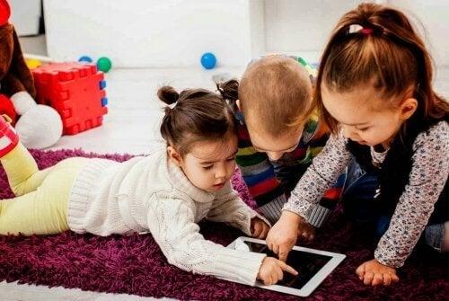 Los niños saben manejar los aparatos electrónicos desde una temprana edad.