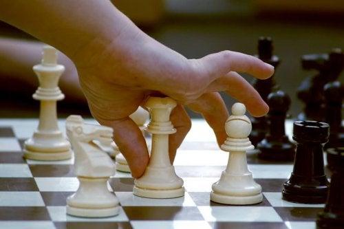 El ajedrez es un juego de estrategia para adolescentes y adultos.