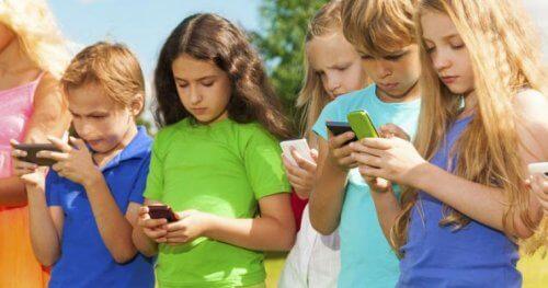 Los adultos deben controlar el uso de los móviles por parte de los niños.