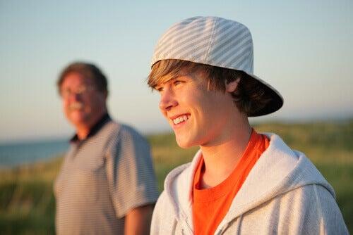 Hay cosas que un padre debe hablar con su hijo adolescente.