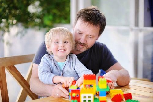 Père et fils profitant des avantages psychologiques des LEGO.