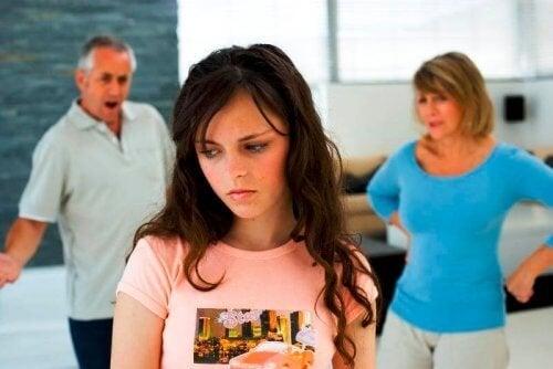 La autoestima y la comunicación pueden verse afectadas por la hiperactividad en adolescentes.