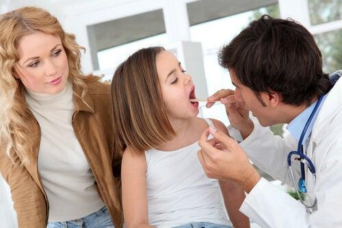 El médico es el encargado de evaluar si es necesaria la operación de amígdalas en caso de dolor de anginas.
