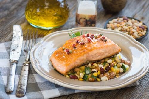 El salmón al horno con verduras es una de las recetas para diabéticos.