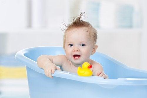 El usar juguetes de agua para la bañera del bebé exigeuna extrema supervisión de parte de un adulto.